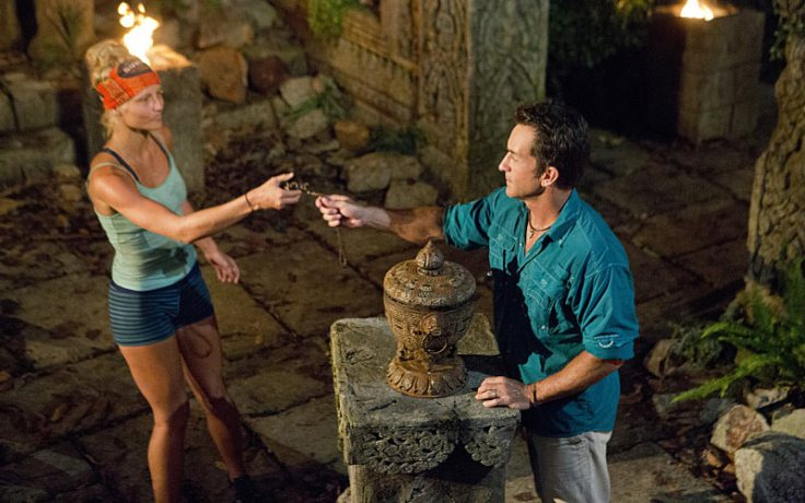 Kelly Wentworth playing hidden immunity idol at tribal council